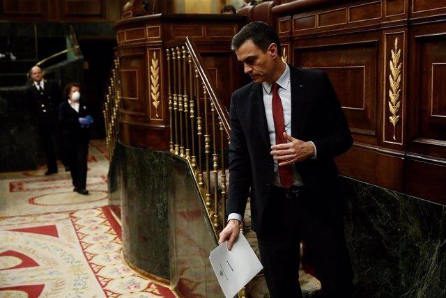 El presidente del Gobierno, Pedro Sánchez, baja de la tribuna  del Congreso