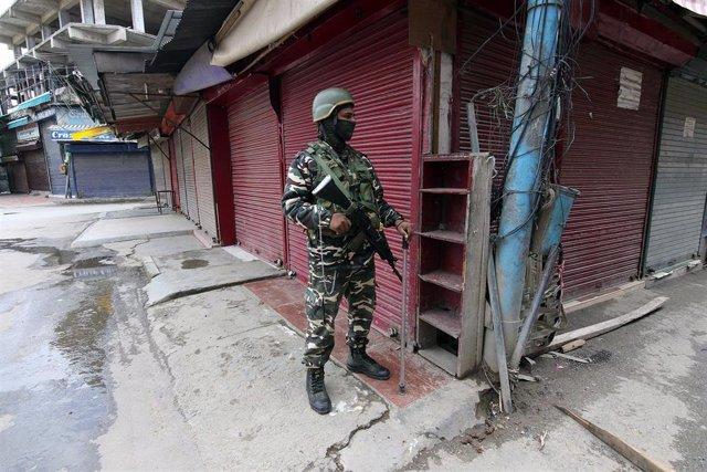Soldado con mascarilla por el coronavirus en la Cachemira india