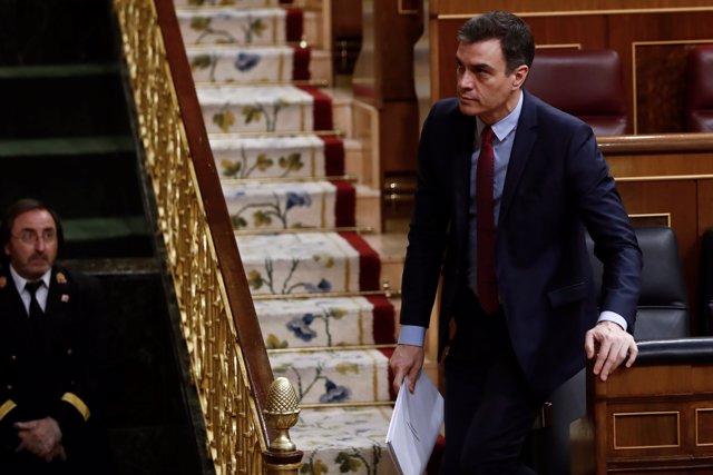 El presidente del Gobierno, Pedro Sánchez, se dispone a tomar la palabra en el pleno del Congreso celebrado este jueves.