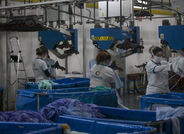 Trabajadoras en la planta de Ilunion Lavanderia, empresa dentro del grupo social ONCE, especializada en el lavado y tratamiento de ropa hospitalaria y hoteles.