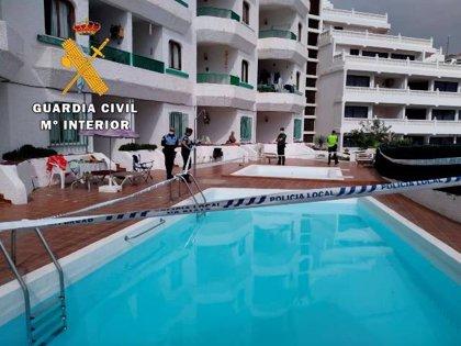 Localizan una fiesta en la piscina de unos apartamentos de Puerto Rico (Gran Canaria) con unas siete personas
