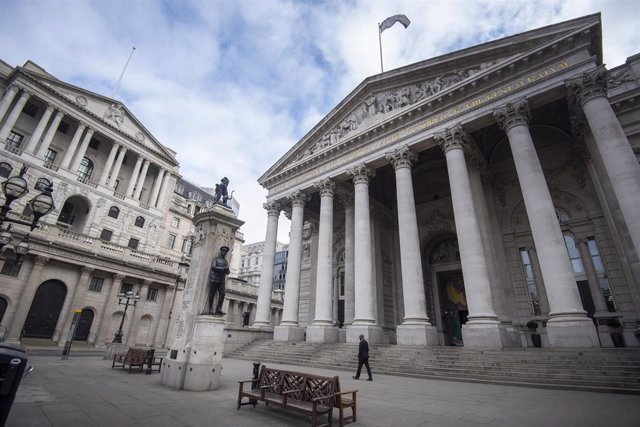 30 March 2020, England, London: A man walks past the Royal Exchange and the Bank of England as the UK continues in lockdown to help curb the spread of coronavirus. Photo: Victoria Jones/PA Wire/dpa
