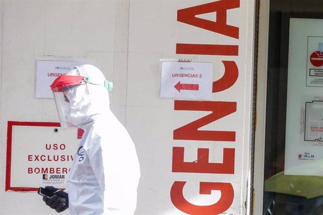 Una sanitaria participa en el traslado de enfermos leves de Covid-19 desde el Hospital de La Princesa al hospital de campaña en IFEMA en un autobús puesto a disposición por la Comunidad de Madrid para la Unidad Militar de Emergencias (UME),