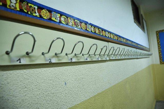 Percha de un aula del Colegio de Educación Infantil y Primaria , foto de archivo