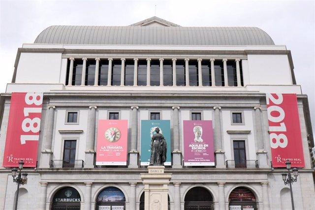 Fachada del Teatro Real durante el primer día de la cuarta semana de estado de alarma decretado por el Gobierno para combatir el coronavirus, en Madrid (España) a 6 de abril de 2020.