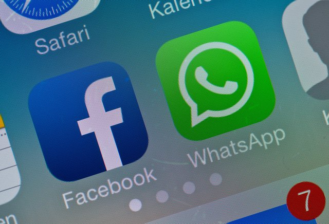 FILED - 19 February 2014, Brandenburg, Sieversdorf-Hohenofen: The logos of Facebook and WhatsApp apps are seen on the display of a smartphone. Photo: Patrick Pleul/zb/dpa
