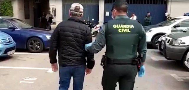 El detenido custodiado por un agente en Torrevieja.