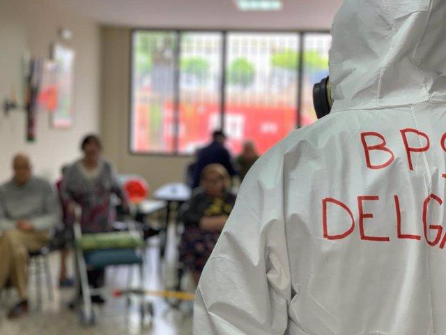 Bombero de la provincia, en tareas de desinfección de residencias de mayores
