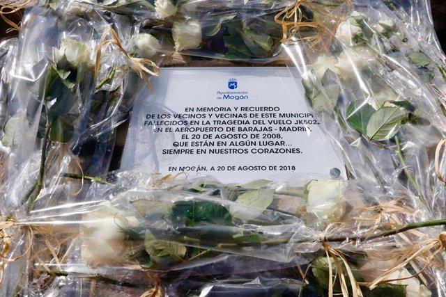 Placa en memoria de los 154 fallecidos del accidente de Spanair
