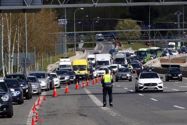 Retenciones en la autopista A-6 en Madrid este pasad miércoles al intensificarse los controles policiales ante el estado de alarma en vísperas del festivo.