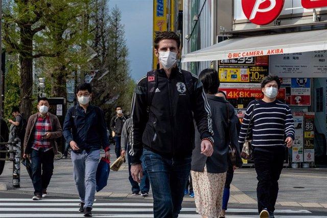 Personas con mascarilla por el coronavirus en Tokio