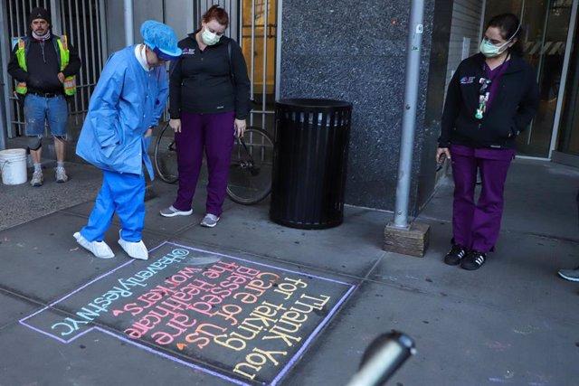 Trabajadora sanitaria en una calle de Nueva York en plena pandemia de coronavirus