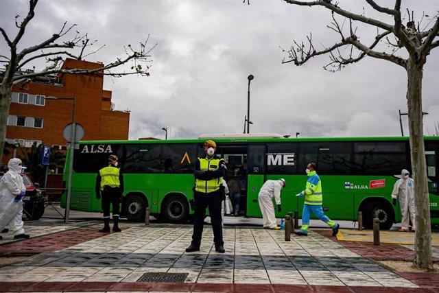 Policías militares escoltan uno de los autobuses cuyos pasajeros son pacientes contagiados con coronavirus que van del Hospital 12 de Octubre hacia el Hospital de Campaña de IFEMA, en Madrid