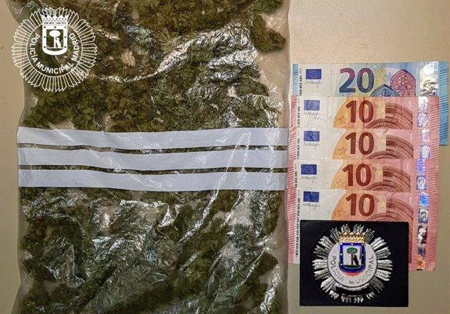 BOLSA DE MARIHUANA Y DINERO INCAUTADO A UN VIAJERO DE VTC POR LA POLICÍA MUNICIPAL DE MADRID DURANTE UN CONTROL