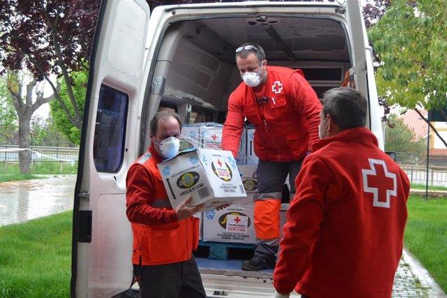 Reparto de material ante el coronavirus por parte de Cruz Roja Extremadura