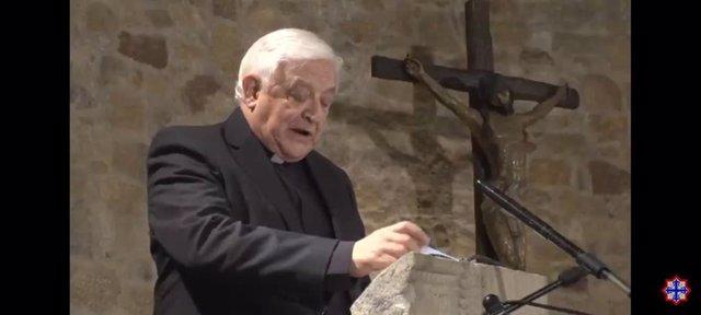 El sacerdote abulense y exrector de la UCAV y de la Pontificia de Salamanca, José Manuel Sánchez Caro, durante la lectura del Sermón de las Siete Palabras en Valladolid.