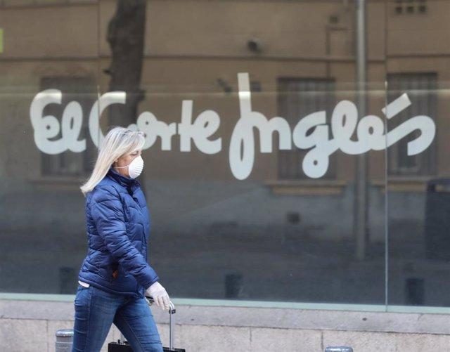 Una mujer pasa al lado de uno de los centros del Corte Inglés.