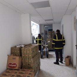 Voluntarios de Correos entregan productos a familias en exclusión social agravada por la crisis sanitaria del coronavirus