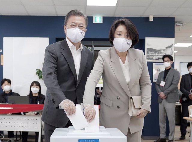 Coronavirus.- Los surcoreanos van a votar con mascarillas y guantes para las ele