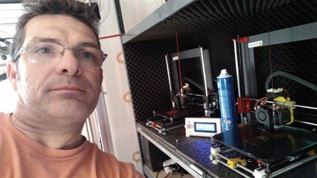 Jacobo fabrica las piezas con impresoras 3D que tiene en casa.