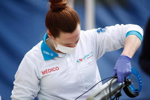 Una médica protegida con mascarilla que forma parte del equipo de UVI Móvil en un hospital de campaña en las inmediaciones del Hospital Severo Ochoa.