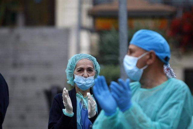 Bomberos realizan junto a trabajadores de Correos el aplauso a los sanitarios, en la puerta principal del Hospital Regional de Málaga, por su trabajo que estan realizando dichos sanitarios, a causa de la pandemia sufrida por el COVID-19. Málaga a 8 de abr