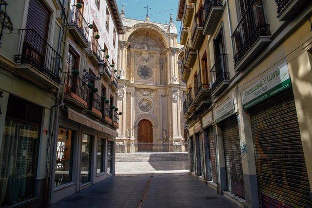 Una calle vacía que desemboca en la Catedral.