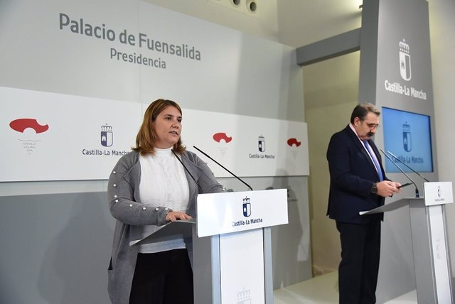 La presidenta de la Federación de Municipios y Provincias de Castilla-La Mancha (FEMP-CLM), Tita Gracía Élez, junto al consejero de Sanidad, Jesús Fernández Sanz.