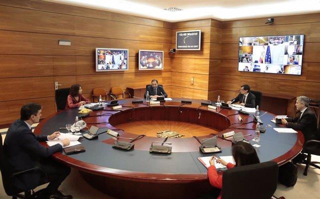 El presidente del Gobierno, Pedro Sánchez (de espaldas a la izquierda), preside el Consejo de Ministros Extraordinario celebrado en Moncloa