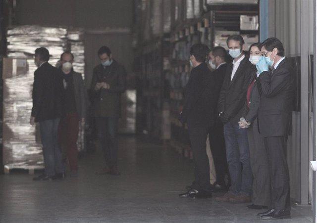 El presidente del gobierno, Pedro Sánchez, acompañado entre otros por el ministro de Sanidad, Salvador Illa (1d), durante la visita que ha realizado a las instalaciones interiores de la empresa Hersill, que está produciendo respiradores invasivos.