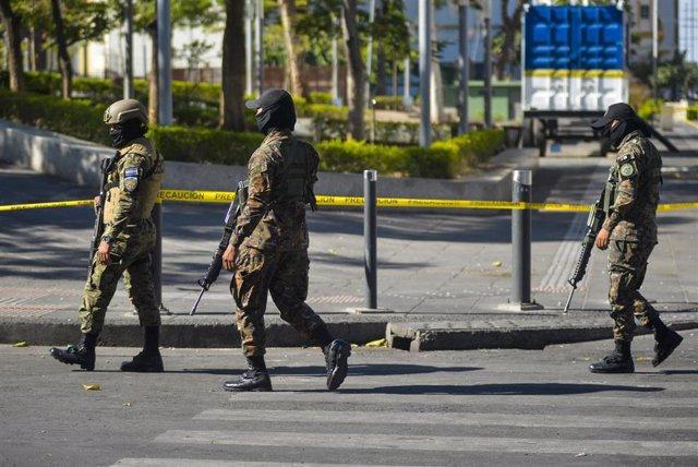 Imagen de militares patrullando las calles de El Salvador.