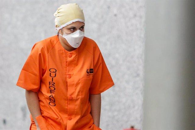 Sanitario de quirófano protegido con una mascarilla y un gorro en el Hospital temporal de la Comunidad de Madrid habilitado en IFEMA para pacientes con coronavirus, en Madrid (España) a 31 de marzo de 2020.