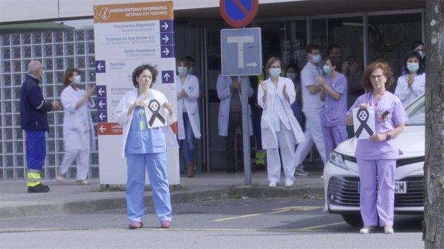 Un momento de la concentración llevada a cabo en el Hospital de Galdakao (Bizkaia).