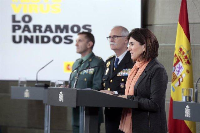(I-D) El jefe del Estado Mayor de la Guardia Civil, José Manuel Santiago; el subdirector general de Logística e Innovación de la Policía Nacional, José García Molina; y la jefa de Área del Centro de Coordinación de Alertas y Emergencias Sanitarias del Min