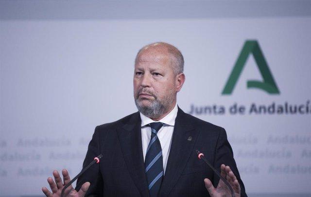 El consejero de Educación y Deporte, Javier Imbroda, en rueda de prensa, foto de archivo