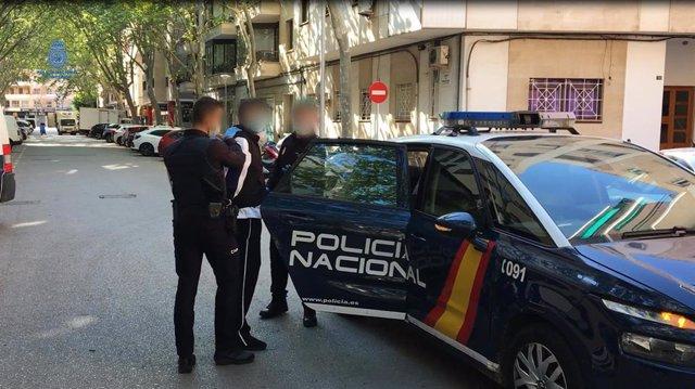 Momento de la detención del presunto autor de hasta cinco atracos con arma blanca en establecimientos de Palma.