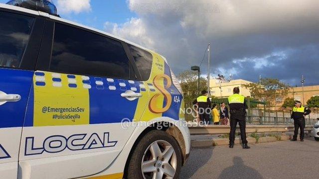 Agentes de la Policía Local de Sevilla realizan tareas de vigilancia para el cumplimiento de las medidas establecidas en el decreto de alarma por el coronavirus