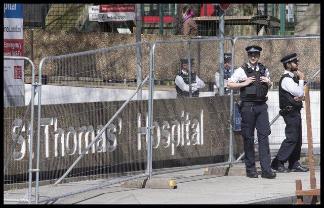 Policía en el Hospital de St John's, donde ha estado hospitalizado Boris Johnson