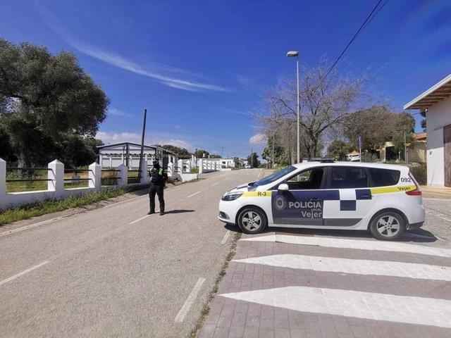 Policía Local controlando una carretera de Vejer durante el confinamiento