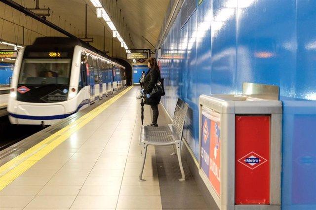 Un usuario espera en uno de los andenes de Metro de Madrid .