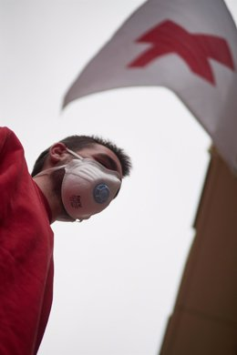 Un voluntario se protege con mascarilla sanitaria.