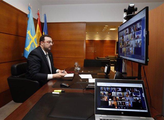 El presidente del Principado, Adrián Barbón, durante la reunión con el presidente del Gobierno de España, Pedro Sánchez, y el resto de presidentes autonómicos para abordar la crisis del coronavirus.