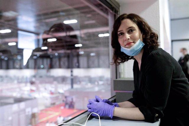 La presidenta de la Comunidad de Madrid, Isabel Díaz Ayuso, visita el 'hospital de campaña' de Ifema, en Madrid (España), a 11 de abril de 2020.