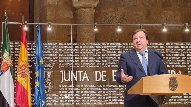 El presidente de la Junta de Extremadura, Guillermo Fernández Vara, en rueda de prensa en Mërida