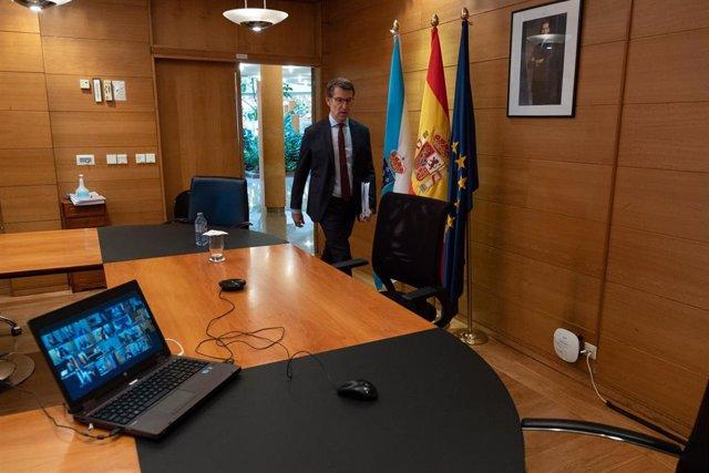 O titular do Goberno galego, Alberto Núñez Feijóo, mantén unha videoconferencia co presidente do Goberno central, Pedro Sánchez, e os outros presidentes autonómicos. Edificio Administratito de San Caetano, Santiago de Compostela, 12/04/20.