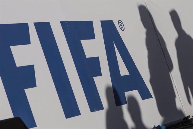 Logotipo de la FIFA en un panel publicitario.
