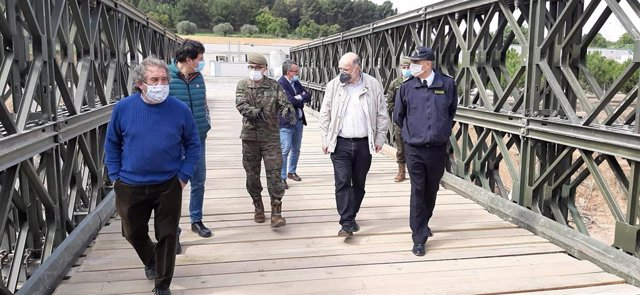 El alcalde de Montblanc, Josep Andreu, el general Joaquín Broch y el subdelegado del Gobierno en Tarragona, Joan Sabaté, inauguran un nuevo puente tras el destruido en el temporal Gloria, el 12/4/2020
