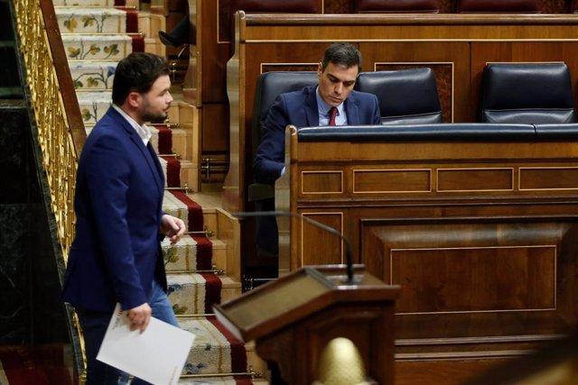 El diputado de ERC, Gabriel Rufián, pasa ante el presidente del Gobierno, Pedro Sánchez, en el Congreso