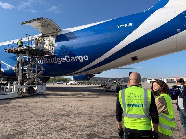 La presidenta regional madrileña, Isabel Díaz Ayuso, recibe un nuevo avión con material sanitario.