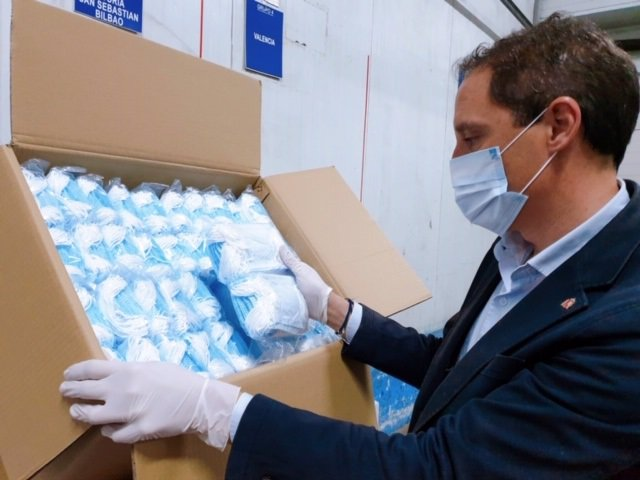 El subdelegado del Gobierno en Lleida, José Crespín, recibe mascarillas para repartir durante la crisis del coronavirus